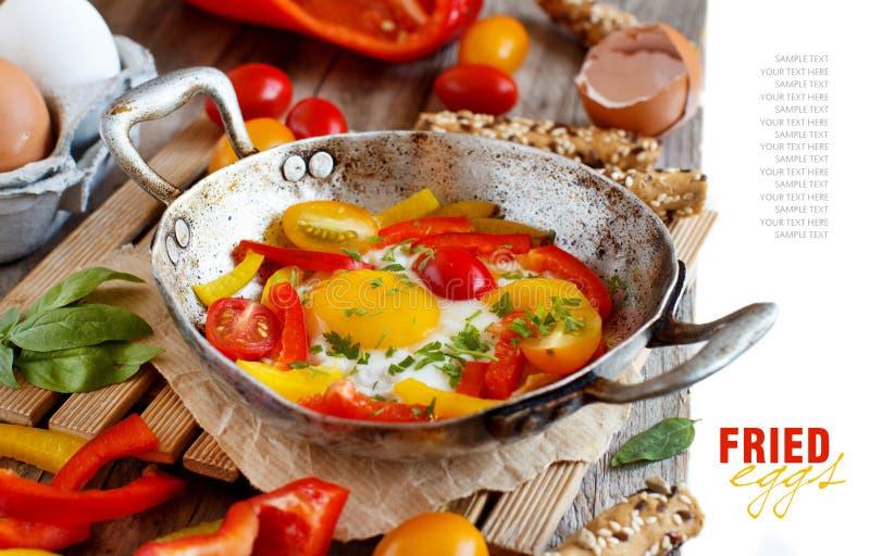Oeuf au plat avec un paprika et des tomates photographie stock libre de droits