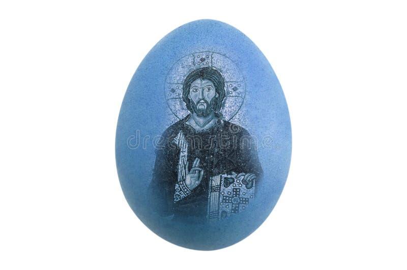 Oeuf bleu d'isolement de poulet avec l'image de Pâques Jésus sur le fond blanc - bord fin photo stock