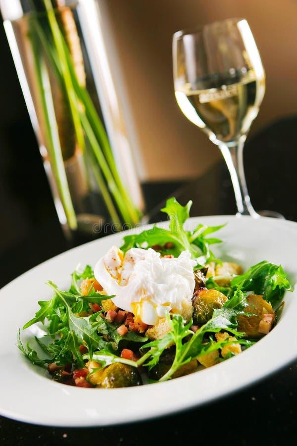 Oeuf bouilli sur la salade photo libre de droits