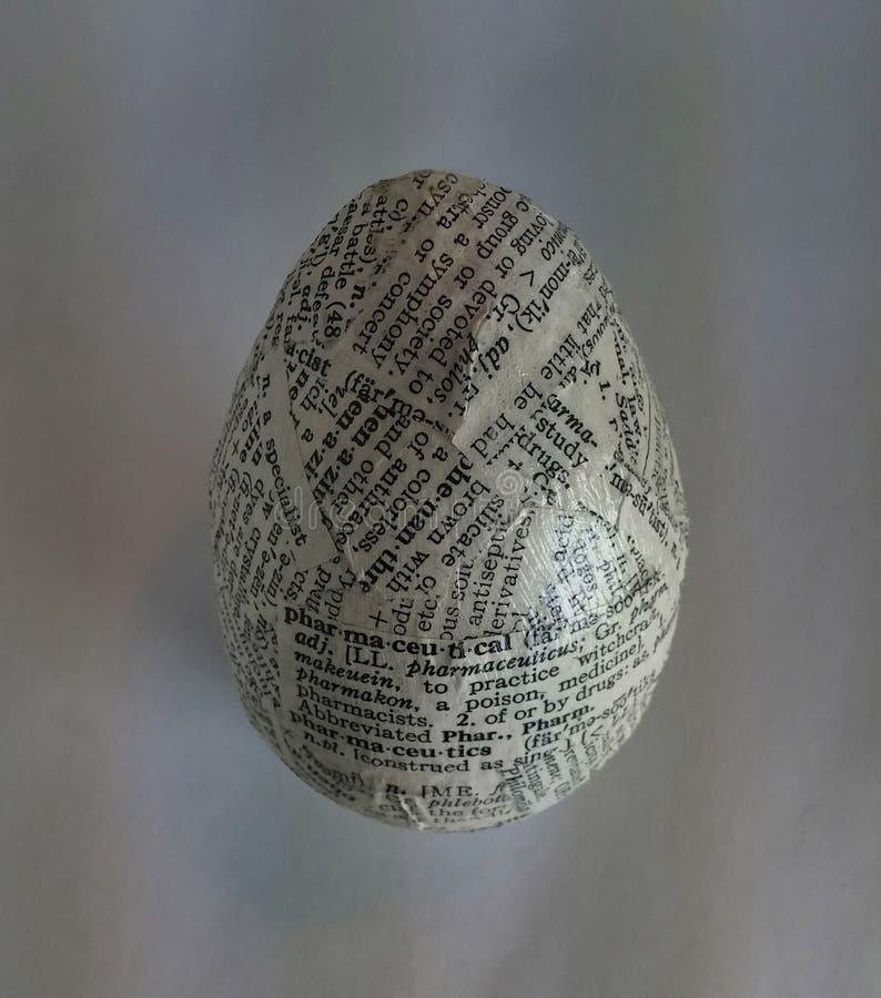 Oeuf décoré utilisant le decoupage de journal images libres de droits