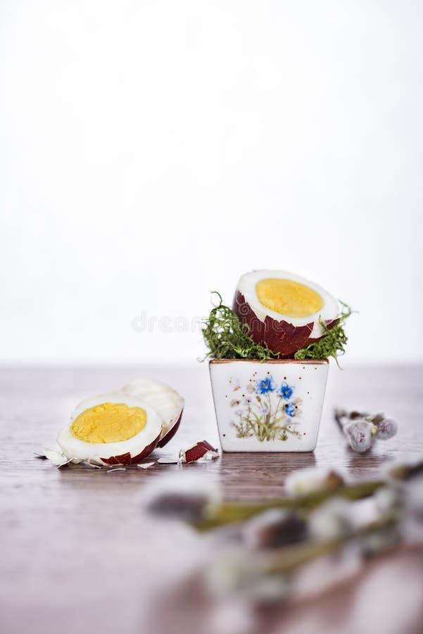 Oeuf d'ester dans peu de cuvette Joyeuses Pâques photo libre de droits