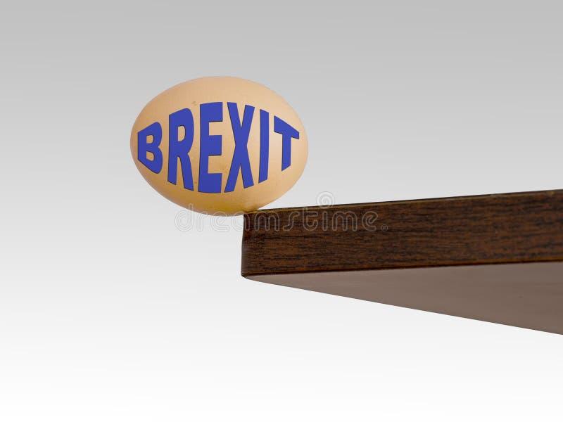 Oeuf de Brexit chancelant sur le bord bord Risque, concept de danger ou métaphore La politique BRITANNIQUE d'UE image stock