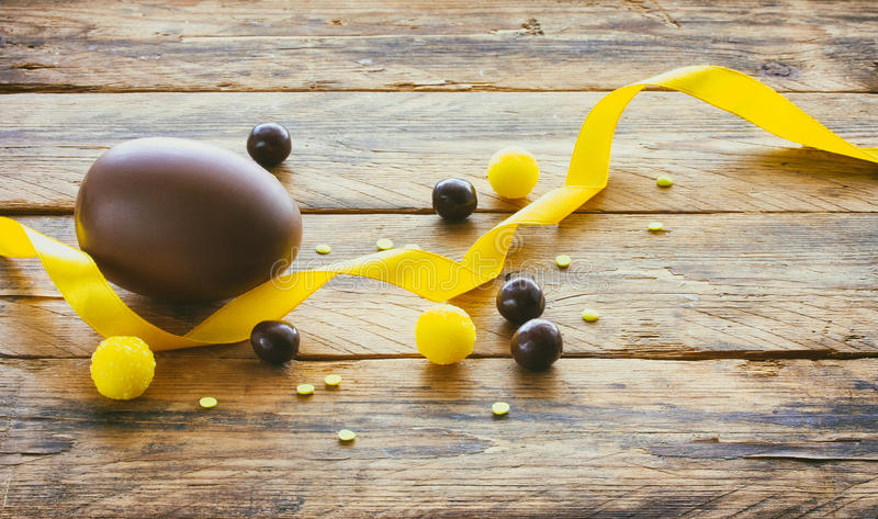 Download Oeuf De Chocolat De Pâques, Dragées De Sucrerie, Ruban En Soie Jaune Photo stock - Image du oeuf, célébration: 87705106