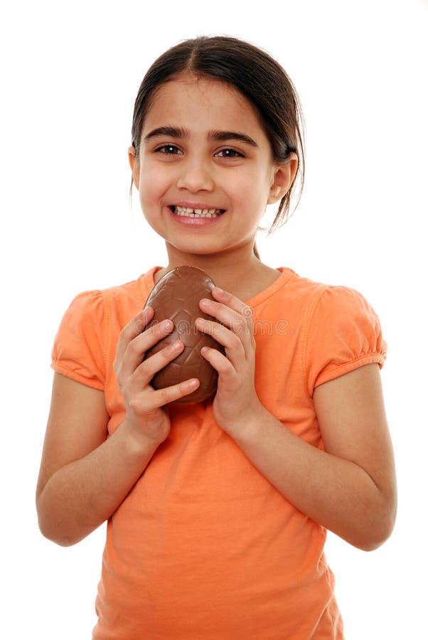 Oeuf de chocolat heureux de fixation de fille photo libre de droits