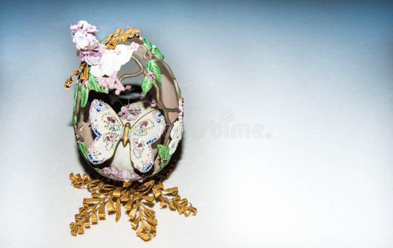 Oeuf de fantaisie avec le papillon photographie stock