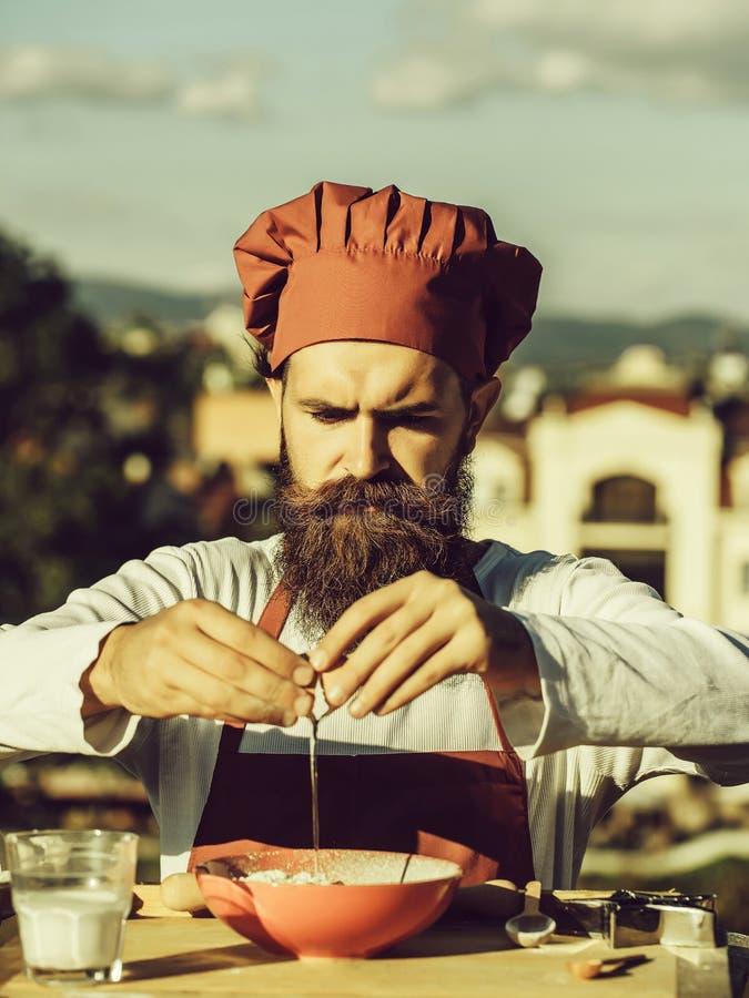 Oeuf de fissuration de cuisinier d'homme image libre de droits