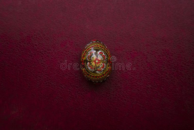 Oeuf de noir de Pâques avec un modèle fait main Vue de plan rapproché sur le fond en cuir magenta vide, endroit pour votre texte  photo libre de droits