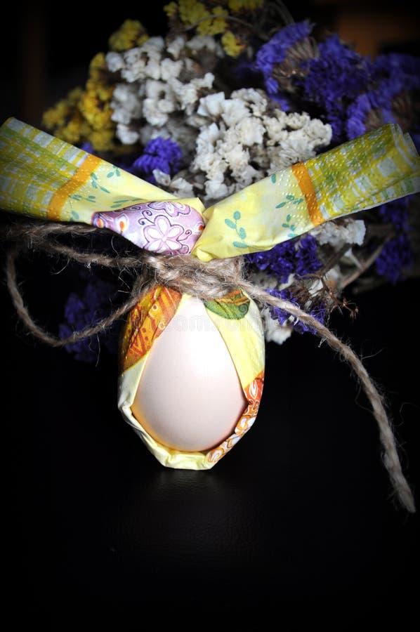 Oeuf de pâques avec des fleurs images libres de droits