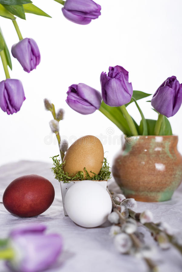 Oeuf de pâques avec les tulipes et la brindille de saule photos stock