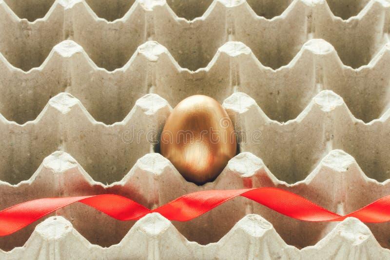 Download Oeuf De Pâques D'or Avec Un Ruban Rouge De Satin Photo stock - Image du closeup, conteneur: 87705126
