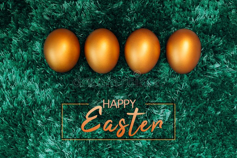 Oeuf de pâques d'or, décorations heureuses de vacances de chasse à dimanche de Pâques photos stock
