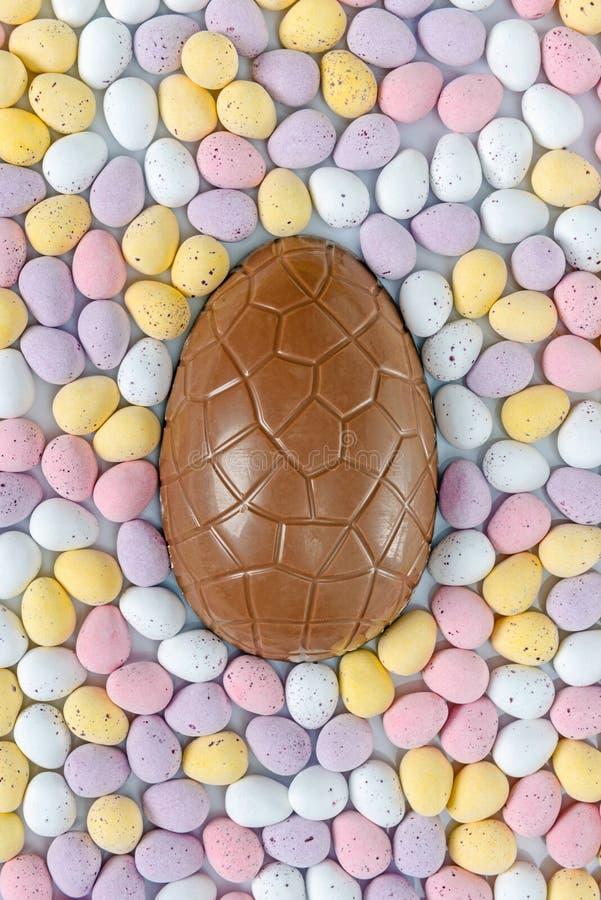 Oeuf de pâques de chocolat entouré image stock