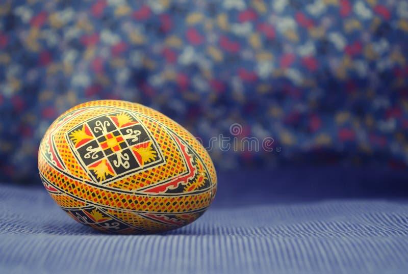 Oeuf de pâques peint dans le beau modèle ethnique Vieux, traditionnel handcraft la conception photographie stock libre de droits