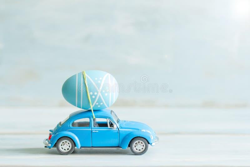 Oeuf de pâques sur le concept de voiture dans la rétro humeur photos stock