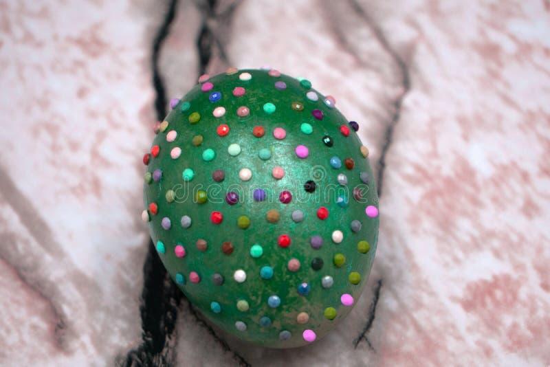 Oeuf heureux d'oeuf de pâques décoré du fil et des perles blanches dans les lignes d'isolement sur le fond blanc Symbole et décor photographie stock libre de droits