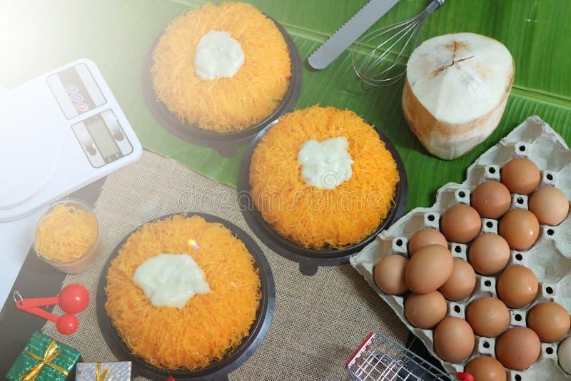 Oeuf, ligne ou fios de ovos douce, gâteau crème doux, noix de coco, oeuf, sucrerie de gâteau de feuille de banane pour la nourrit photos libres de droits