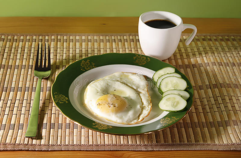 Oeuf sur le plat et déjeuner de coffe image stock