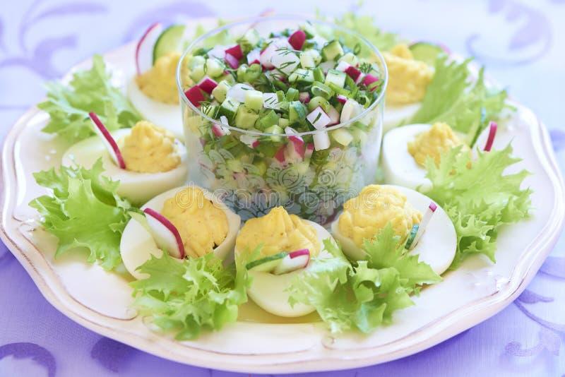 Oeufs à la coque avec de la salade, le concombre et le radis photos libres de droits