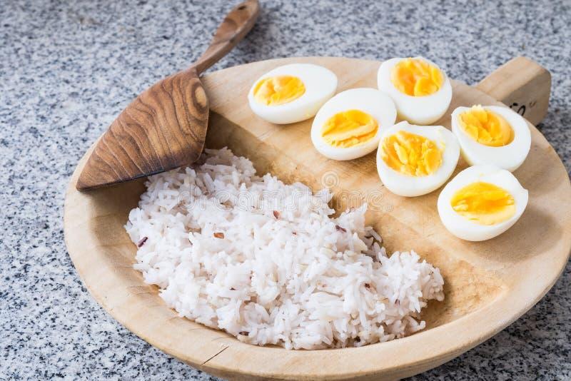 Oeufs à la coque avec du riz image stock