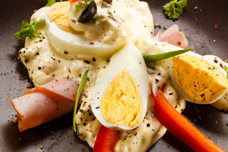 Oeufs à la coque avec la mayonnaise photographie stock libre de droits