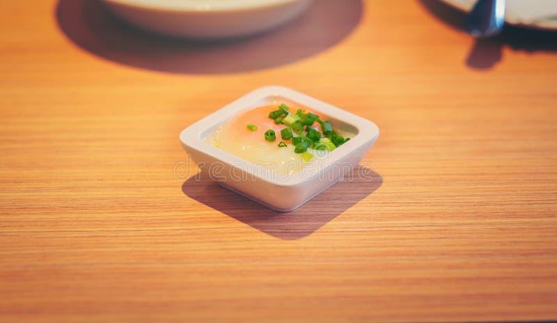 Oeufs à la coque mous dans la cuvette blanche sur la table en bois avec le sele images libres de droits