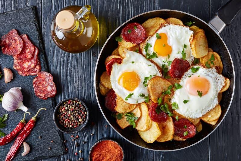 Oeufs au plat avec des pommes de terre et des saucisses photo stock
