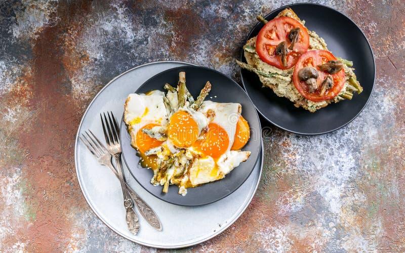 Oeufs au plat avec l'asperge, le sandwich avec le pesto, les tomates et les champignons Vue sup?rieure de petit d?jeuner savoureu photo stock