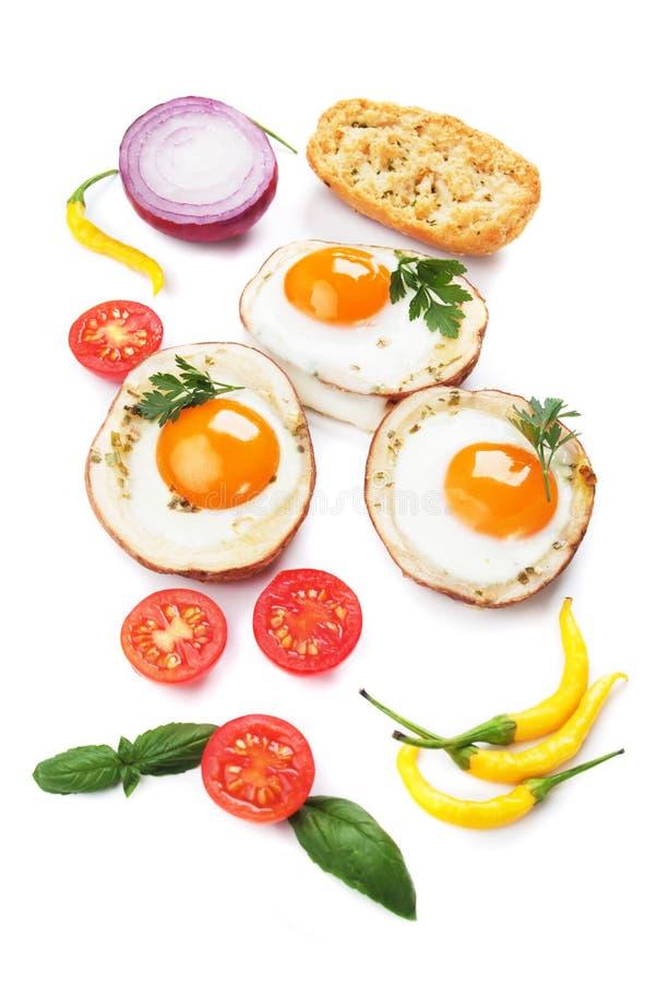 Oeufs au plat dans des coquilles de pomme de terre image libre de droits