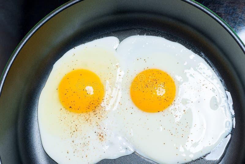 Oeufs au plat de deux oeufs sur le plat dans une vue supérieure de poêle images stock