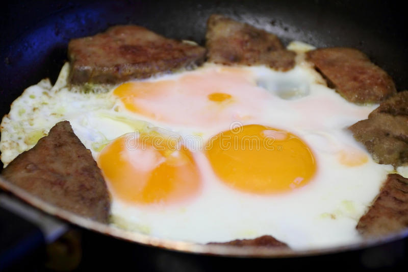 Oeufs au plat et viande pour le petit déjeuner photos libres de droits