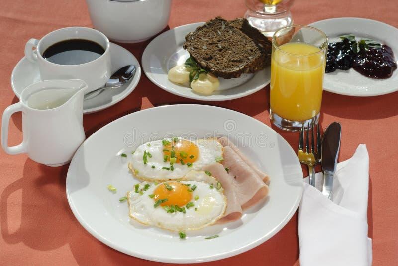 Oeufs au plat frais de petit déjeuner continental, café, lait images libres de droits