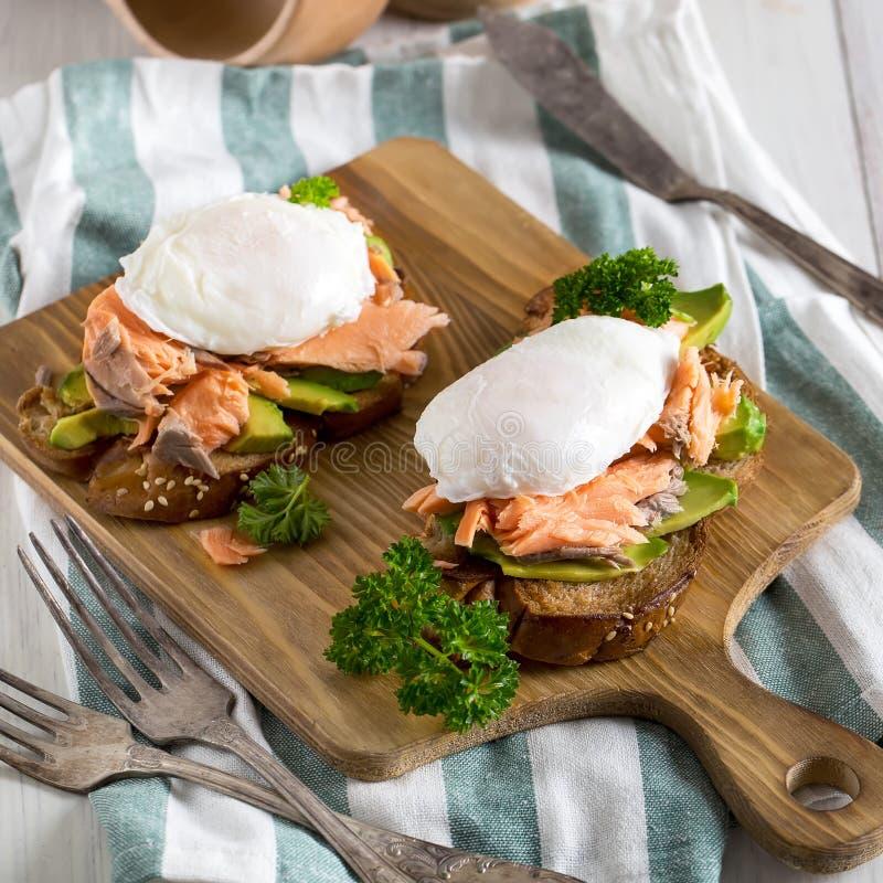 Oeufs Benedict avec des saumons photos stock