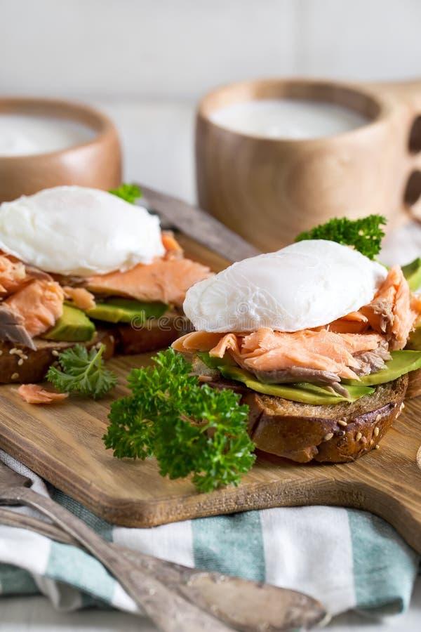 Oeufs Benedict avec des saumons image stock