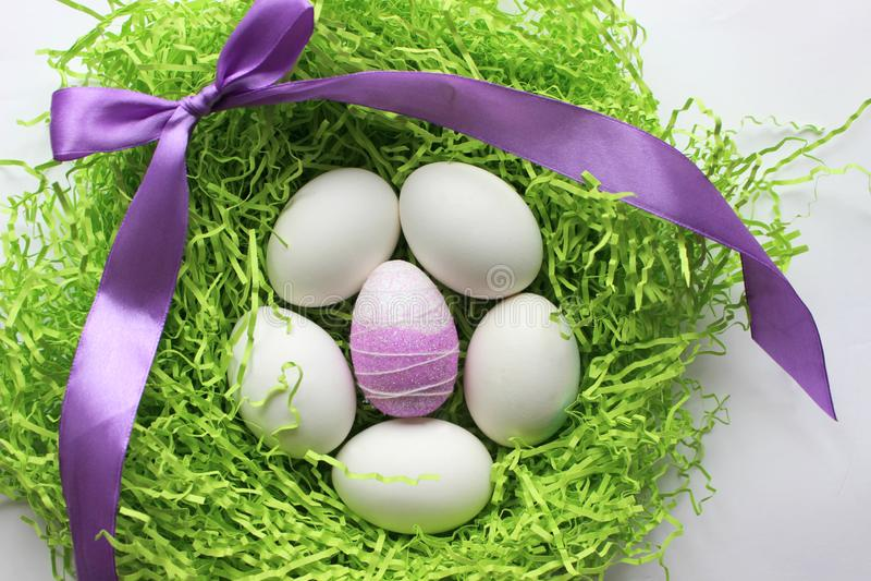Oeufs blancs sur le fond vert Pâques le fond a coloré le vecteur rouge de tulipe de format des oeufs de pâques eps8 photographie stock