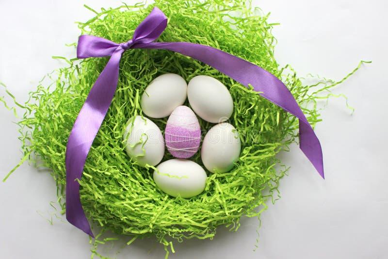 Oeufs blancs sur le fond vert Pâques le fond a coloré le vecteur rouge de tulipe de format des oeufs de pâques eps8 images stock
