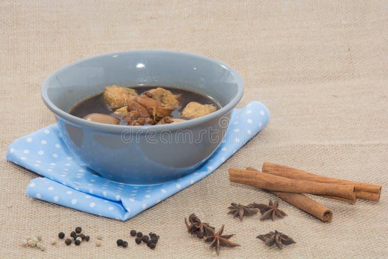 Oeufs bouillis cuits dans la sauce au jus photographie stock