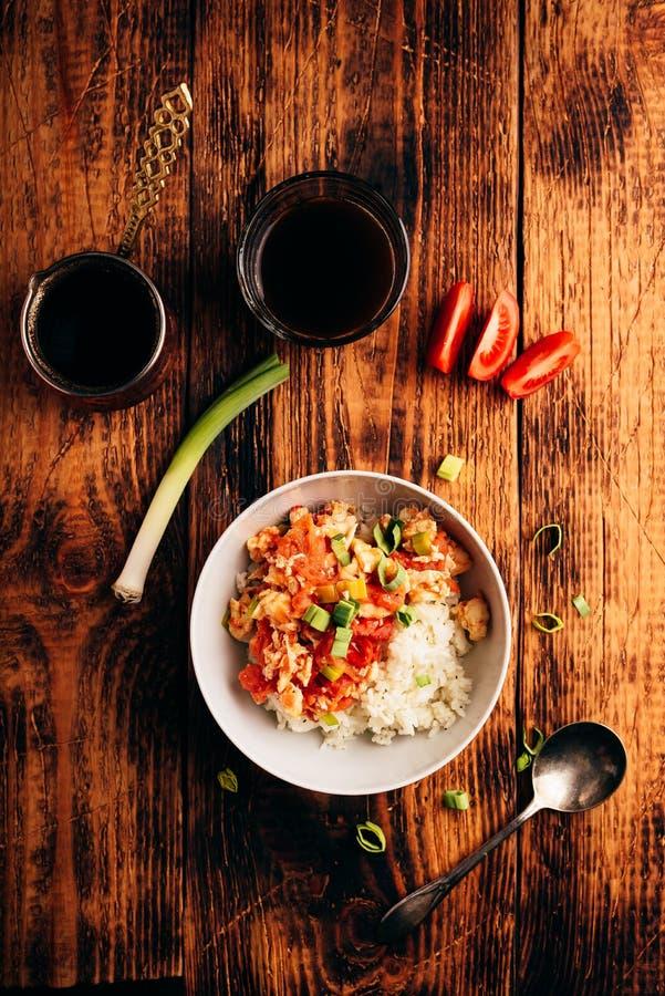 Oeufs brouillés avec les tomates, le poireau et le riz blanc photo stock