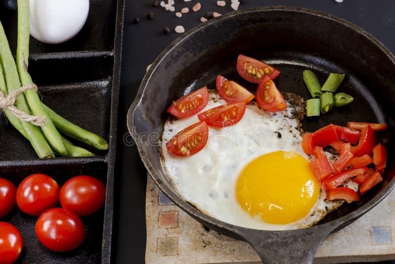 Oeufs brouillés cuits dans la casserole image stock
