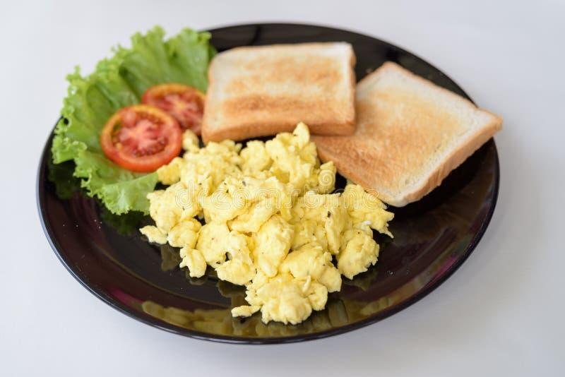 Oeufs brouillés délicieux avec du pain grillé sur le Tableau blanc photo stock