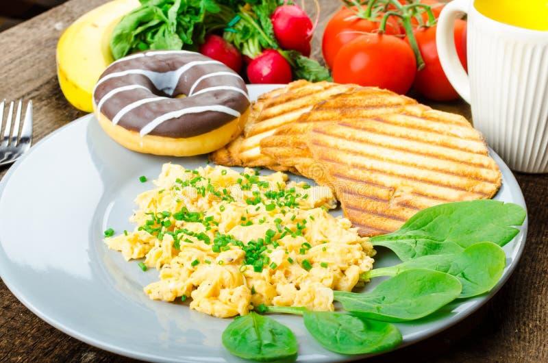 Oeufs brouillés de petit déjeuner sain avec la ciboulette, pain grillé de panini photographie stock