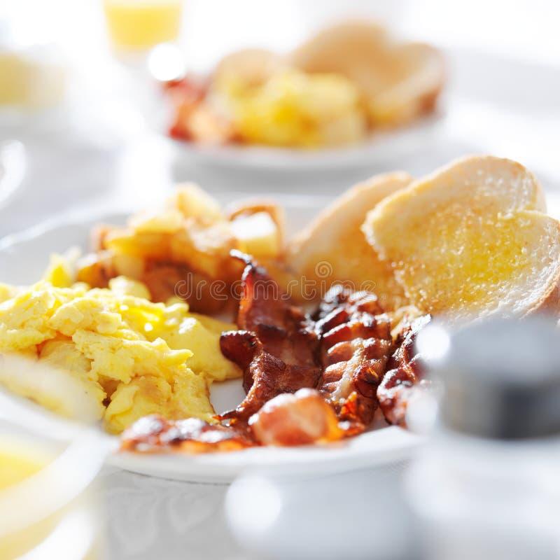 Oeufs brouillés et repas de petit déjeuner de lard images stock
