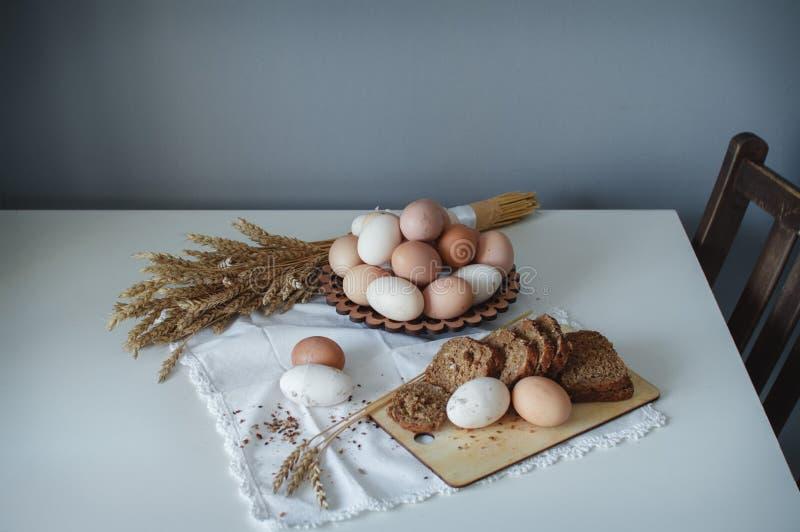 Oeufs bruns de poulet cru organique frais de la ferme et du pain chaud de grain avec des graines de lin R?gime sain images libres de droits
