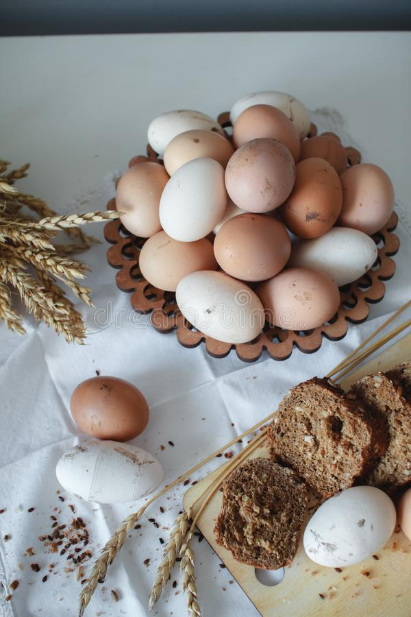 Oeufs bruns de poulet cru organique frais de la ferme et du pain chaud de grain avec des graines de lin R?gime sain photos libres de droits