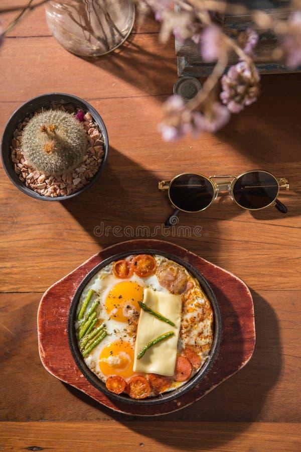 Oeufs chauds de casserole de petit déjeuner de style de vintage photo stock