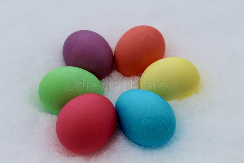 Oeufs colorés dans la neige photo libre de droits