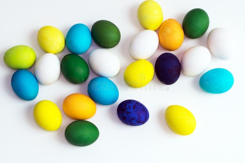 Oeufs colorés de fête de Pâques sur un fond blanc les oeufs jaunissent, bleu, vert et bleu, orange photos stock
