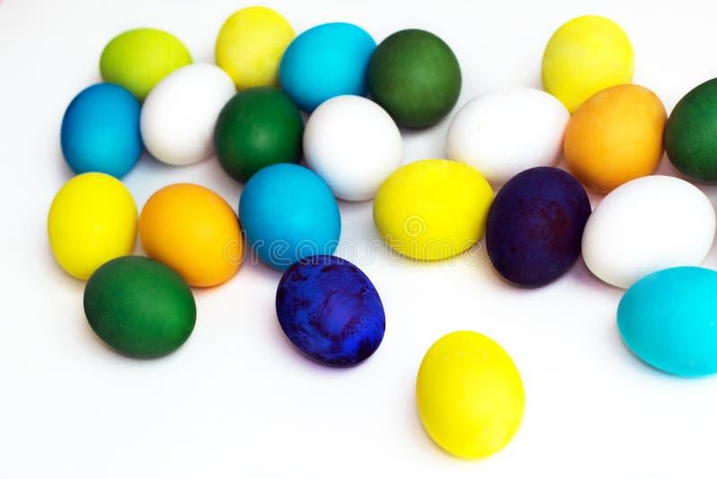 Oeufs colorés de fête de Pâques sur un fond blanc les oeufs jaunissent, bleu, vert et bleu, orange photo libre de droits