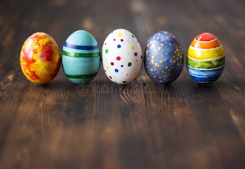 Oeufs colorés de Pâques sur le fond en bois image libre de droits