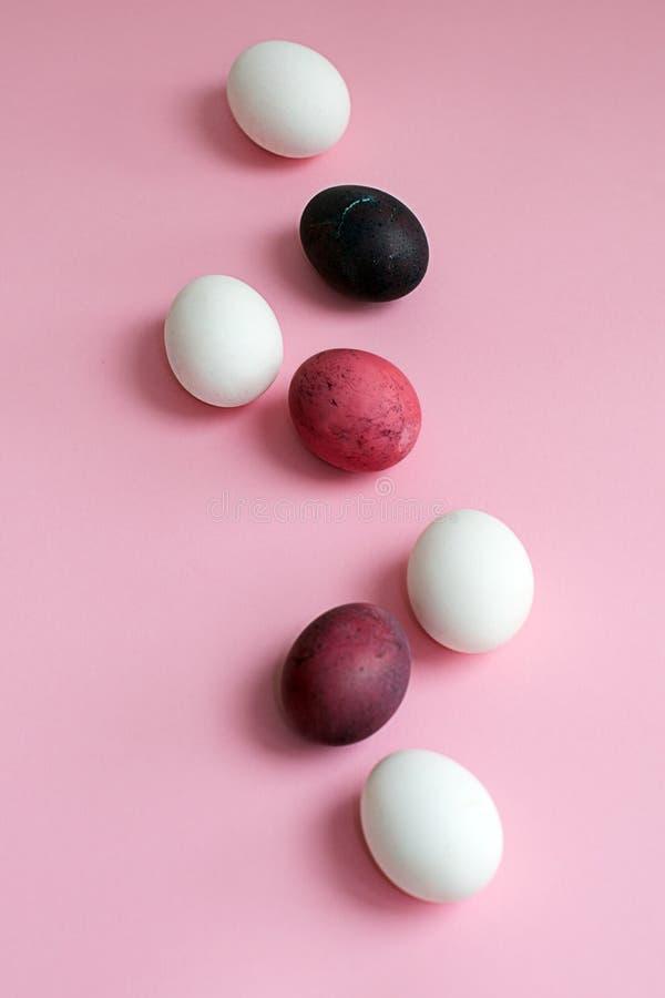 Oeufs colorés multicolores de Pâques avec la belle texture sur un fond rose images libres de droits