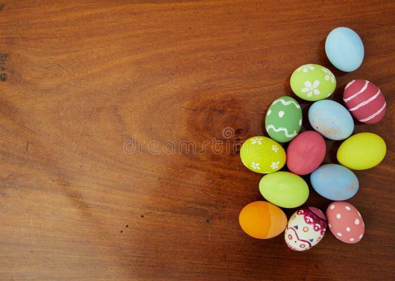Oeufs colorés par milieux de festival de Pâques photographie stock libre de droits
